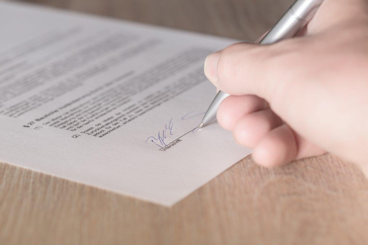Primo contratto di lavoro? Ecco cosa controllare prima di firmare